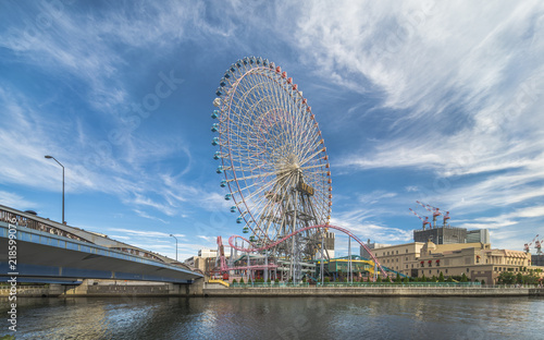 Poster Attraction parc Big Wheel at Cosmo World Theme Park, overlooking the Diving Coaster Vanish in the Minato Mirai district of Yokohama with the Kokusai bridge on the left and the Anniversaire Cafe on the right.
