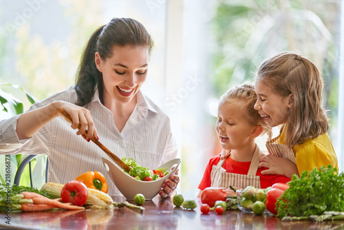 Photo sur Aluminium Cuisine Happy family in the kitchen.