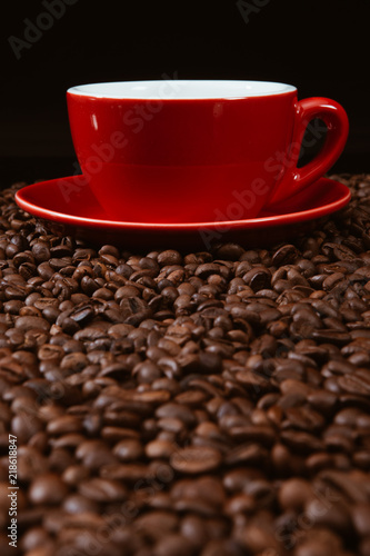 Foto op Plexiglas Cafe Red coffee cup with coffee beans.