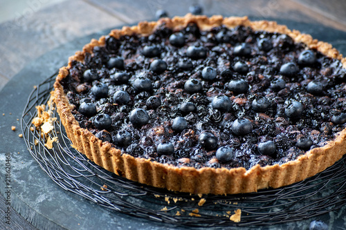 Fotografia baked blueberry tart flutted crust edge closeup