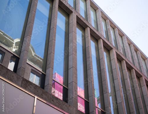 Perspektive - schnörkelloses Hochhaus in Amsterdam mit Spiegelungen