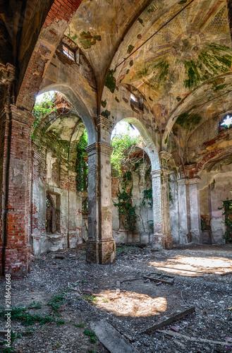 Poster Ruine Uralte eingestürzte und verlassene Kirche