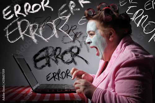 femme drôle s'énervant sur une panne de son ordinateur portable Canvas Print