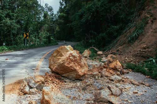 Valokuva  Thailand, Chiangrai - Chiangmai road. Rockfall after the flood