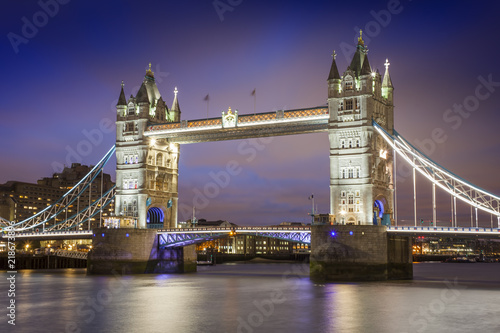 Foto op Canvas Londen Tower Bridge in London city. sunset scene with blue sky