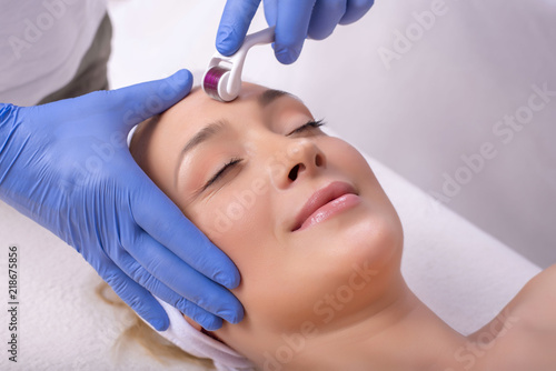 Fotografía  Close up of beautiful woman in beauty salon during mesotherapy procedure