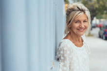 Lächelnde ältere Frau Genießt Ihre Freizeit