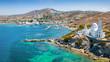 Blick auf den Hafen von Ios mit weißgewaschenen Häusern und blauem Meer, Kykladen, Griechenland