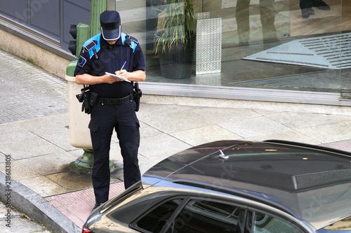Obraz policeman writing fine ticket for car bad parking - fototapety do salonu
