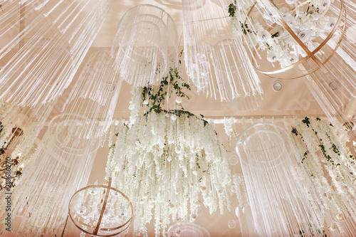Fotografía  amazing luxury decorated place ceiling for wedding reception, catering in restau