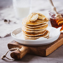 Pancakes Mit Ahornsirup Und Bananen
