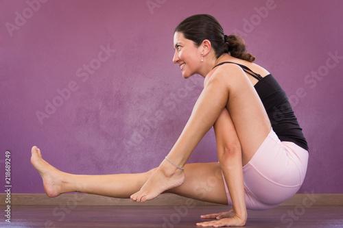 Photo Smiling woman in Eka Hasta Bhujasana yoga pose