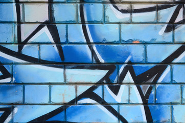 Fragment rysunków graffiti. Stara ściana ozdobiona plamami farby w stylu kultury ulicznej. Kolorowa tło tekstura