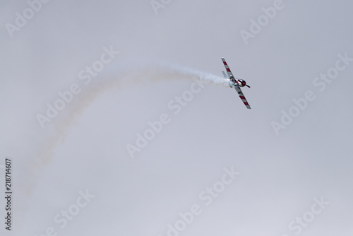In de dag Luchtsport Yak-52 aircraft in the sky performs the program at the air show