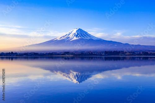 Fuji o świcie nad jeziorem Kawaguchi w prefekturze Yamanashi