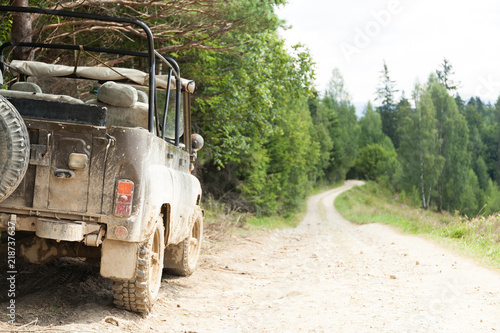 Fotografía Off road 4x4 adventure, jeep on mountain dirt road