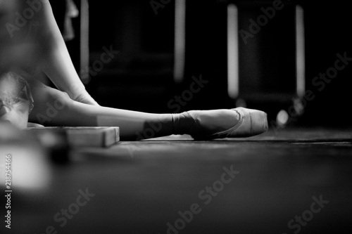 Photo  Ballerina in pointe shoes, sitting on the floor behind the scenes in the intermi