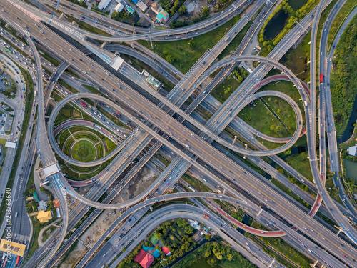 widok-z-gory-na-skrzyzowania-autostrad-przecinajaca-sie-autostrada-wiadukt-wschodnia-zewnetrzna-obwodnica-bangkoku-w-tajlandii