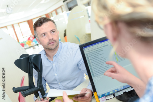 Fotografia man with crutches meeting insurance employee