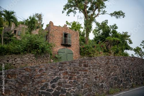 Foto op Aluminium Oceanië Rock Wall and Home