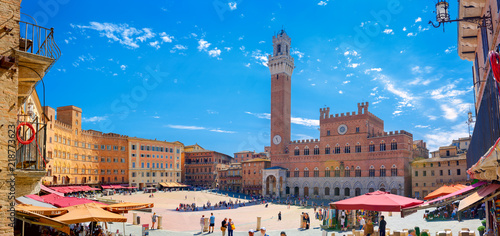 Photo sur Toile Toscane Italy, Siena. July 27, 2018 - Panorama of Piazza del Campo with Mangia Tover, Tuscany