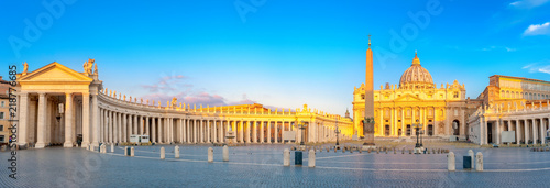 Cadres-photo bureau Rome Panorama of St. Peter's Square illuminated by the first rays of the morning sun, the Vatican. Italy