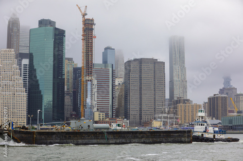 Canvas-taulu Image of New York City with a passing barge