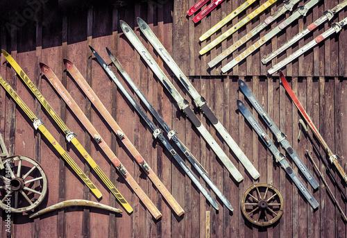 Holzwand mit Ski