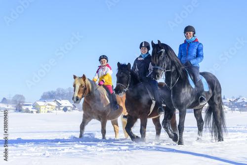 Recess Fitting Horseback riding gutgelaunt mit den Pferden im Schnee unterwegs