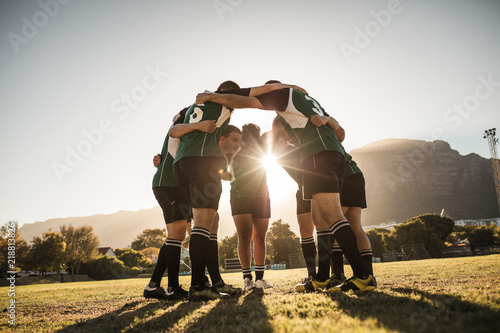 Rugby players huddling on sports field Tableau sur Toile