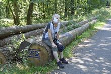 Seniorin Mit Verband Nach Hautkrebsoperation Im Gesicht Sitzt Auf Einem Baumstamm Im Wald