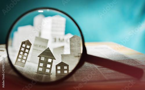 Fotografía  Paper house under a magnifying lens