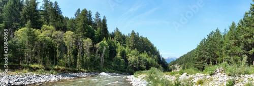 Photo de paysage panoraminque de haute montagne et de chemins de randonnée dans les alpes #218849058