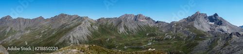 Foto op Aluminium Blauw Photo de paysage panoraminque de haute montagne et de chemins de randonnée dans les alpes