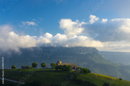 Fototapeta premium Sanktuarium San Miguel de Aralar między górami a chmurami, Navarra