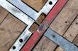 Metallstreben und Holzbohlen