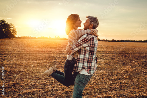 Photo  Glückliches paar im Feld