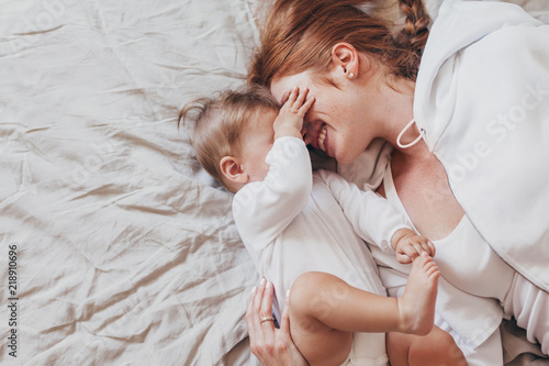 Obraz Young mom with her 8 month baby - fototapety do salonu
