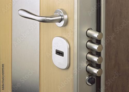 Fotografía Close-up look at home door high security lock