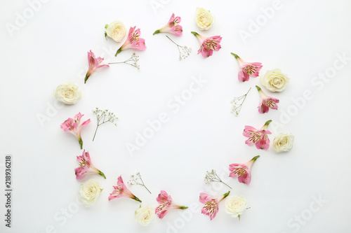 Foto op Canvas Bloemen Alstroemeria, rose and gypsophila flowers on white background