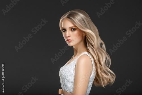 Fotografia Beautiful Woman Face Portrait Beauty Skin Care Concept with long blonde hair