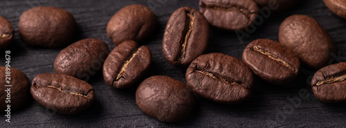 Photo coffee arabica grains scattered on a wooden table
