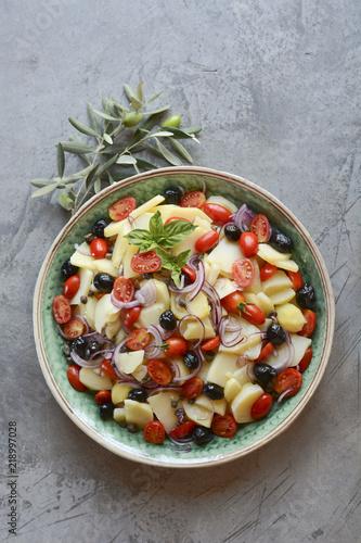 Fototapeta Świeża sałatka na talerzu z ziemniakami i pomidorami. Pantesca obraz