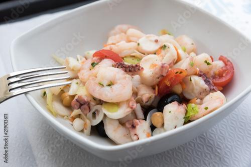 Fotomural Tasty mixed seafood salad