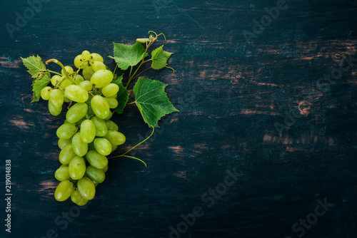 owoce-winorosli-na-czarny-tle