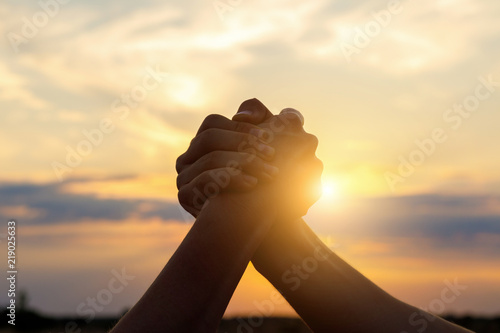 Fotografia two man hands shaking over