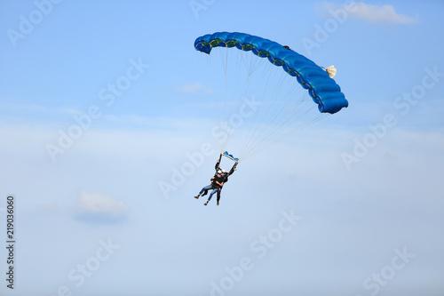 Fotografie, Obraz  Dwóch mężczyzn szybuje w duecie na spadochronie.