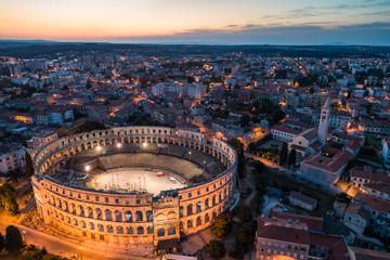 Zračna fotografija rimskog Koloseuma u Puli, Hrvatska noću