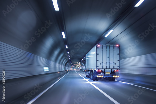 Foto Truck passing through tunnels for safe and fast transport.