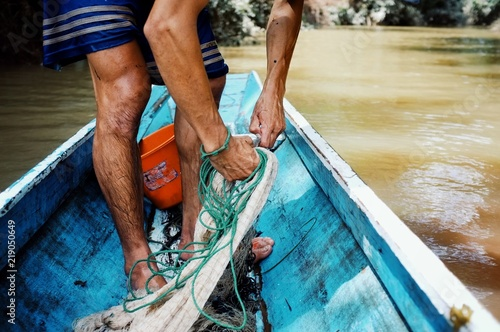 Foto  Nong Khiaw / Laos - JUL 06 2011: lao fisherman Istalom at work at one of the sma